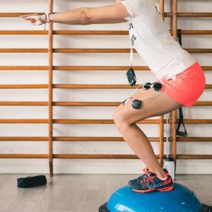 cwiczenia rehabilitacyjne z bosu i elektrostymulatorem compex z wypozyczalni stymulatorow miesni