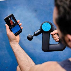 theragun PRO z uzyciem aplikacji na smartfon poprzez bluetooth